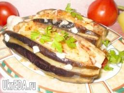 Баклажани фаршировані овочами та сиром