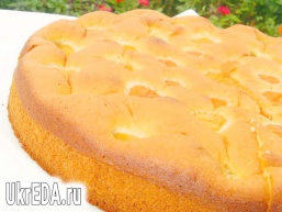 Бісквітний пиріг з медом і абрикосами