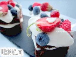 Брауні з кремом з маскарпоне і ягодами