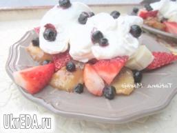 Десерт з бананами в молочній карамелі