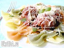 Фарфалле з фрикадельками в томатно-базиліковим соусі