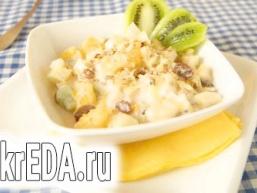 Фруктовий салат в полуничному йогурті