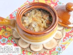 Горщики з відварною куркою, грибами і овочами
