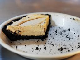 Як готувати пиріг з арахісовим маслом та шоколадною крихтою