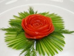 Як зробити троянду з помідора