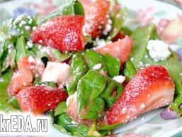 Полуничний салат зі шпинатом і сиром Фета.