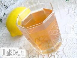 Компот з агрусу з полуницею, інжиром і лимоном