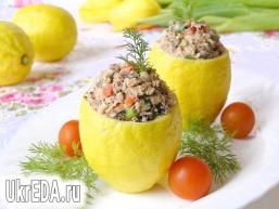 Лимони з салатом з тунця