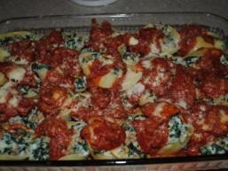 Макарони фаршировані сиром, шпинатом та італійськими ковбасками