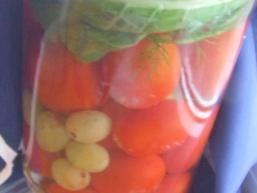 Мариновані помідори з виноградом