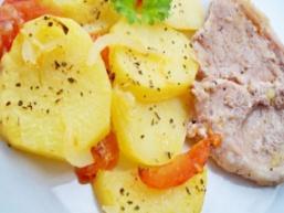 М'ясо з картоплею і помідорами в духовці