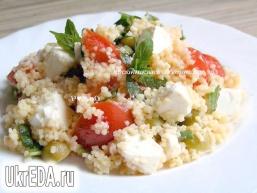 М'ятний салат з кускусу з помідорами, фетою і оливками