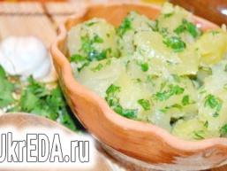 Молода картопля з часником і зеленню