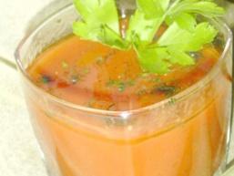 Напій з томатного соку з кропом.