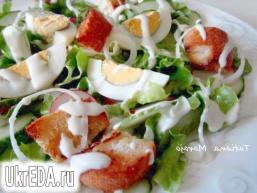 Овочевий салат з сухариками і сирним соусом