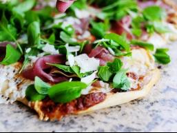 Піца з шинкою та руколою