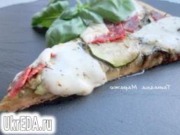 Піца з зеленим песто, цукіні, чорізо і сиром