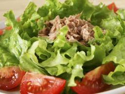 Корисний і смачний салат з тунцем консервованим