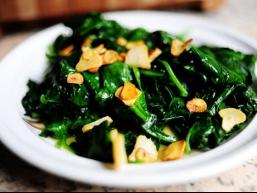 Рецепт салату зі шпинату з часниковими чіпсами