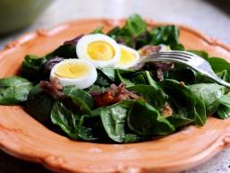 Рецепт салату зі шпинатом, яйцем, беконом і карамелізований цибулею