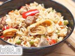 Рис зі свининою, овочами і омлетом