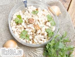 Салат з білої квасолі, цибулі та горіхів