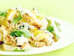 Салат з груші, горіхів і козячого сиру
