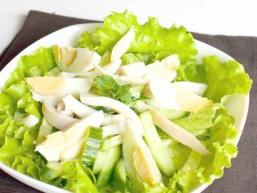 Салат з кальмара, яєць і огірка