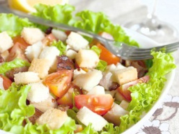Салат з копченої скумбрії з помідорами і сухариками