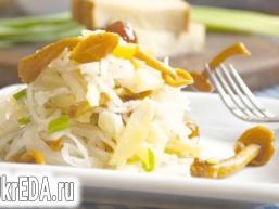 Салат з квашеної капусти з маринованими опеньками