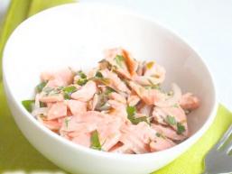 Салат з лосося з петрушкою і каперсами