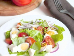 Салат з моцарелли, томатів і перепелиних яєць