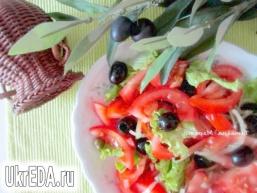 Салат з помідор і маслин з каперсами