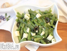 Салат зі спаржевої квасолі, бринзи і маслин