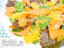 Салат «Яскраве літо» зі шпинатом, морквою і апельсином