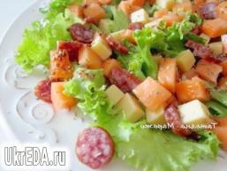 Салат з динею, сиром і копченими ковбасками