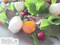 Салат з гусячими сердечками і журавлиною