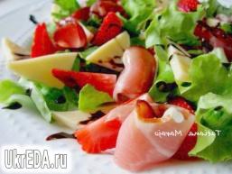 Салат з полуницею, сухий шинкою і сиром