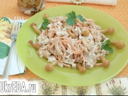 Салат з куркою і маринованими опеньками