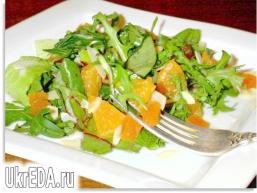 Салат з мандаринами, курагою і мигдальними пелюстками