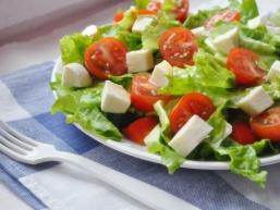 Салат з моцарелою - страва італійської кухні