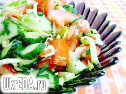 Салат з помідорами, огірками і молодою капустою