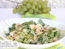 Салат з руколою, виноградом, горгонзолою і мигдальними пелюстками