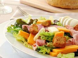 Салат з сиром і шинкою - улюблений салат більшості чоловіків