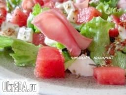 Салат з сиром, шматочками кавуна і шинкою