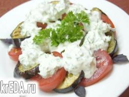"""Салат зі свіжими помідорами і """"баклажанами-фрі"""""""