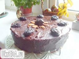 Шоколадний торт з чорносливом і мигдалем