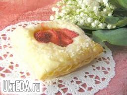 Листкове тістечко з полуницею