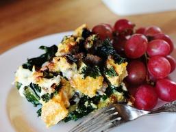Листковий сніданок з салатом і котлетами