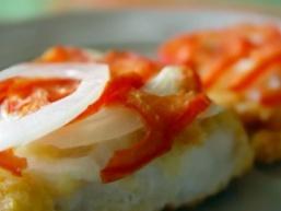 Сом, смажений з помідорами